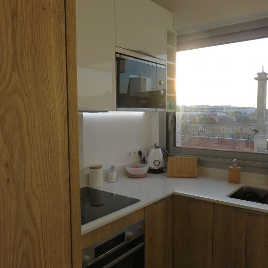 Cote-travaux-cuisine-apres-renovation-materieux-naturels-fonctionnelle-optimisation-espace
